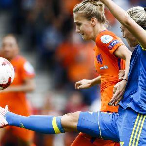Vivianne Miedema och Linda Sembrant i kamp om bollen.