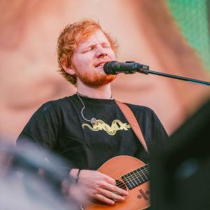 Ed Sheeran esiintymässä Helsingissä Malmin lentokentällä heinäkuussa 2019.