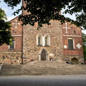 Åbo domkyrka i en sommarmiljö