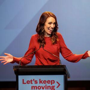 Premiärminister Ardern höll ett tacktal då det stod klart att hennes socialdemokratiska Labour-parti vunnit en större seger än väntat.