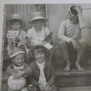 Kai Sadinmaa istuu sisaruksineen kotitalon portailla 1960-luvun lopulla.