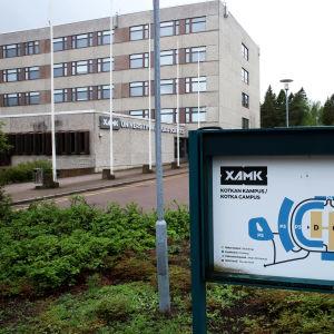 Kaakkois-Suomen ammattikorkeakoulun Kotkan kampuksen päärakennuksen edessä opastetaulu