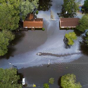 Två personer i kanot under Florence-orkanen 2018.