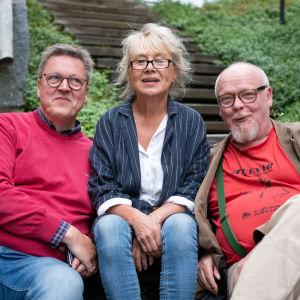 Lisbeth Ryhänen, Peppe Krook och Tapsa Laasonen sitter i en trappa