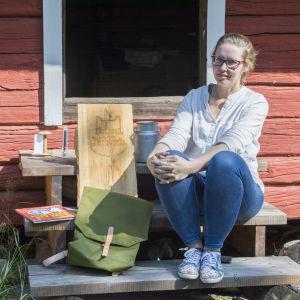 Erika Englund sitter på en trappa i pellinge