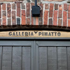 Galleria Pihaton kyltti vanhan Lappeenrannan Pappilan pihatto-rakennuksen seinässä oven yläpuolella.