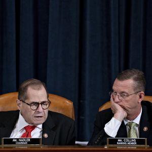 Två män i kostym med bekymrade miner.