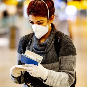 Många flygbolag får in för obligatoriska ansiktsskydd på flygningarna.