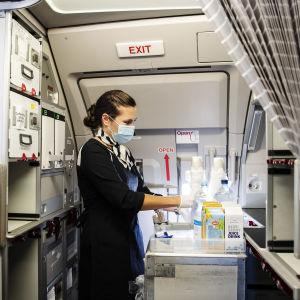 Kuvassa lentoemäntä työskentelee Finnairin lennolla AY 435 Helsingistä Ouluun syyskuussa 2020.