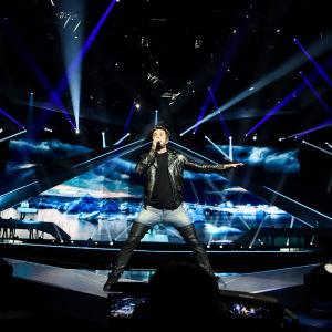 sebastian rejman på scen och uppträder med låten look away