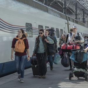 Matkustajia Allegro-junan edessä Helsingin päärautatieasemalla.