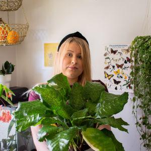 Huonekasviharrastaja Meeri Elfving pitelee sylissään lempikasviaan.