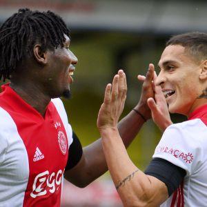 Femmålsskytten Lassina Traoré (till vänster) firar Ajax 3–0-mål tillsammans med lagkamraten Antony.