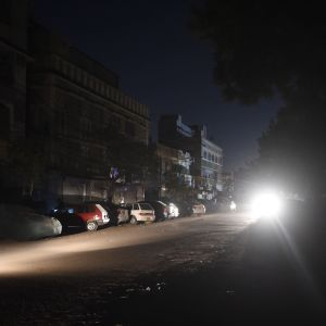 Bara billyktor lyste upp ett bostadområde i hamnstaden Karachi sent på lördag kväll.