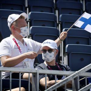 Antti Kurvinen viftar med finländsk flagga.