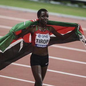 Kenyansk löpare med landets flagga runt sina axlar.