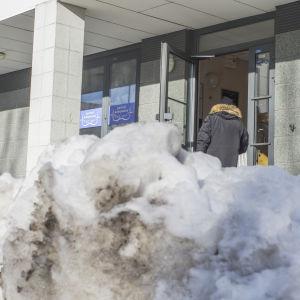 Snövall utanför höghus i Alberga i Esbo.