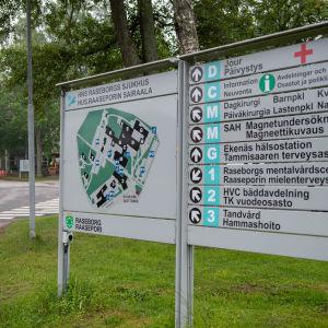 Navigeringsskylt framför Raseborgs sjukhus
