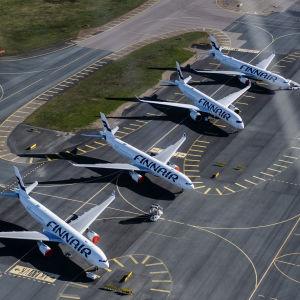 Finnairs flygplan parkerade på Helsingfors-Vanda flygplats i maj 2020.