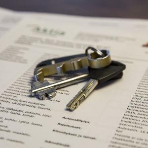 Nyckelknippa med nycklar till en bostad.