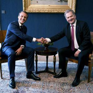 Emmanuel Macron och Sauli Niinistö skakar hand.