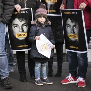 """Holländsla Michael Jacksonfans demonstrerar utanför den holländska tv-kanalen NPO emot visningen av dokumentärfilmen """"leaving Neverland""""."""