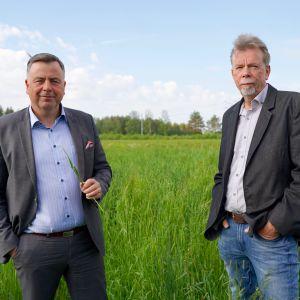 Kommundirektör Stefan Svenfors och  Kjell Gripenberg, vd för Pedersöre kommuns koncernbolag