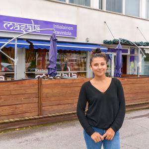 Lima Popal står utanför sin restaurang.