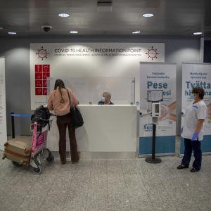 Matkustaja hakeutuu Korona-testaukseen, ilmoittautuen Vantaan Kaupungin pisteeseen lentoasemalla.