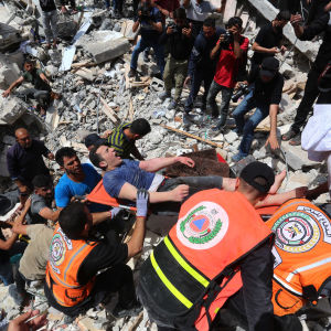 En skadad man räddas från en byggnad som förstörts i ett luftangrepp.
