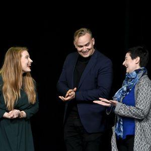 Iiris Suomela (vas), Atte Harjanne ja Hanna Holopainen.