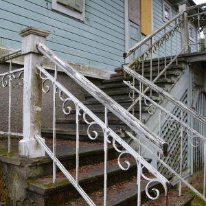 Trapporna upp till Villa Kolkka är slitna och räcket är sönder på flera ställen.
