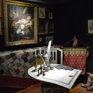 Interiör med tavlor och gamla museiföremål.