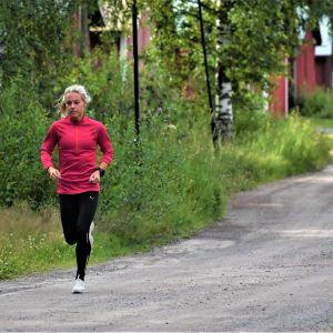 Nina Chydenius joggar vid sundet i Karleby.