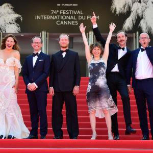 Teamet bakom filmen Kupé nr 6 poserar och jublar på röda matten i Cannes i juli 2021.