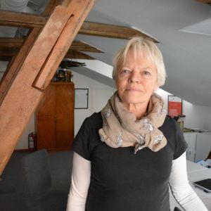 Ulla-Stina Engström bredvid en takstol.