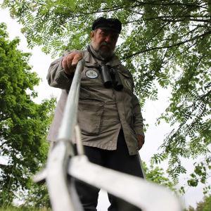 Urpo Koponen demonstroimassa käärmeen pyydystämistä Kotkan kumparepuistossa.