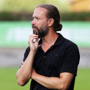 Jalkapallon Veikkausliigassa kehnoa kautta pelaava IFK Mariehamn on antanut potkut päävalmentajalleen Lukas Syberyjskille.