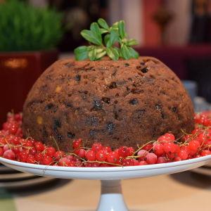 Joulun makuinen hedelmä kakku lautasella kera jäisten viinimarjojen