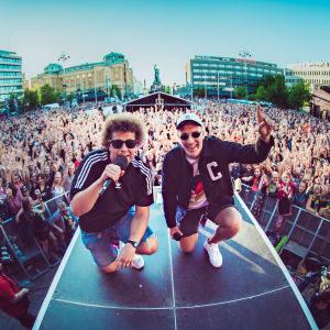 YleX:n Viki ja Köpi lavalla Vaasan torilla yleisömeren edessä, YleXPop 2018