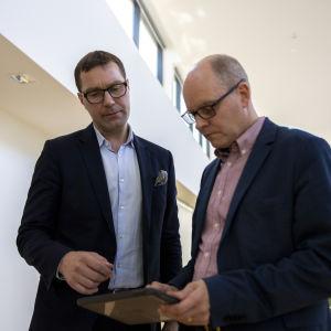 Salon kaupunginjohtaja Lauri Inna ja Salon kaupunkikehitysjohtaja Mika Mannervesi katsovat tablettia.