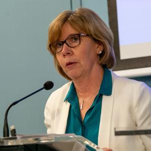 Anna-Maja Henriksson under regeringen presskonferens den 16.3.