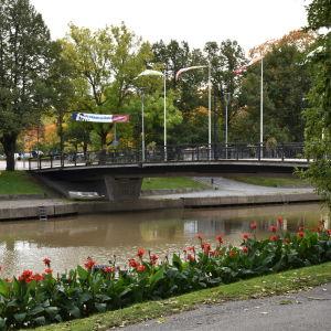 En bro över Uskela å inne i Salo stad