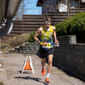 Aleksi Ruohola i en inhemska sprinttävling i orientering.