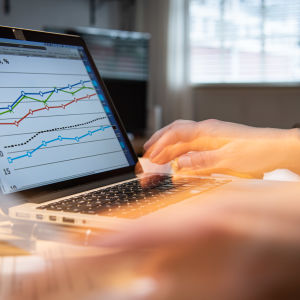 En kvinna jobbar vid en bärbar dator.