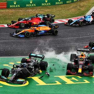 Valtteri Bottas kör ut i en kurva tillsammans med Sergio Perez.