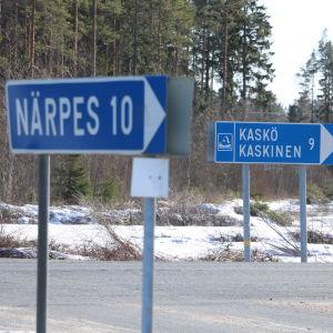 Två vägskyltar. På den ena står det Kaskö, på den andra Närpes.