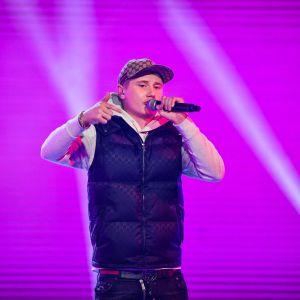 Artisten Einár uupträder på scen.