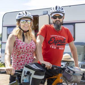Satu ja Juha Keski-Antila viettämässä kesäpäivää Ryynäsenniemen leirintäalueella Tervolassa