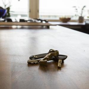 Avainnippu myynnissä olevan asunnon keittiön pöydällä.